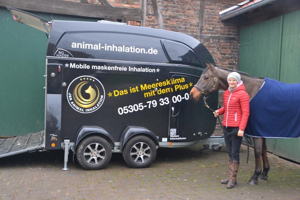 Sophie Leube benutzt mobile maskenfreie Inhalation für ihr Pferd